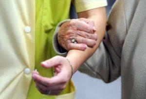 627925_un-resident-d-une-maison-de-retraite-marche-avec-l-aide-d-une-soignante-le-04-novembre-2010-au-mans